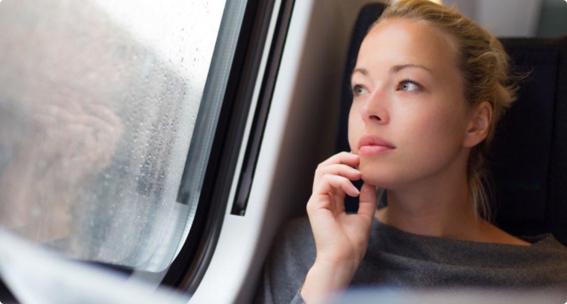 Kvinna som kollar ut ur fönster