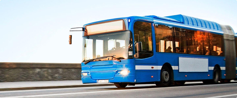 Blå buss kör på väg