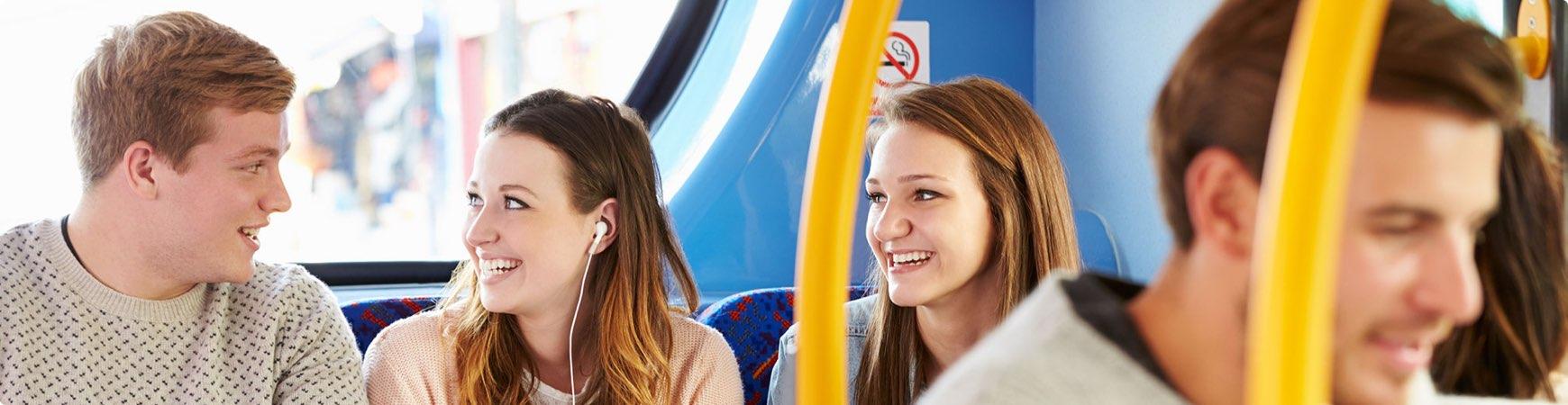 Glada ungdomar längst bak i bussen