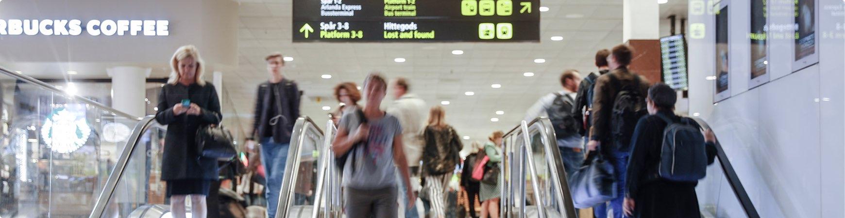 Människor i trappor centralstationen