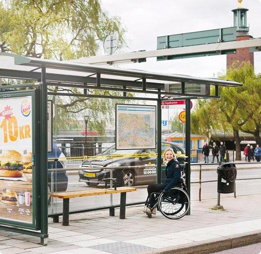 Person väntar vid busshållplats
