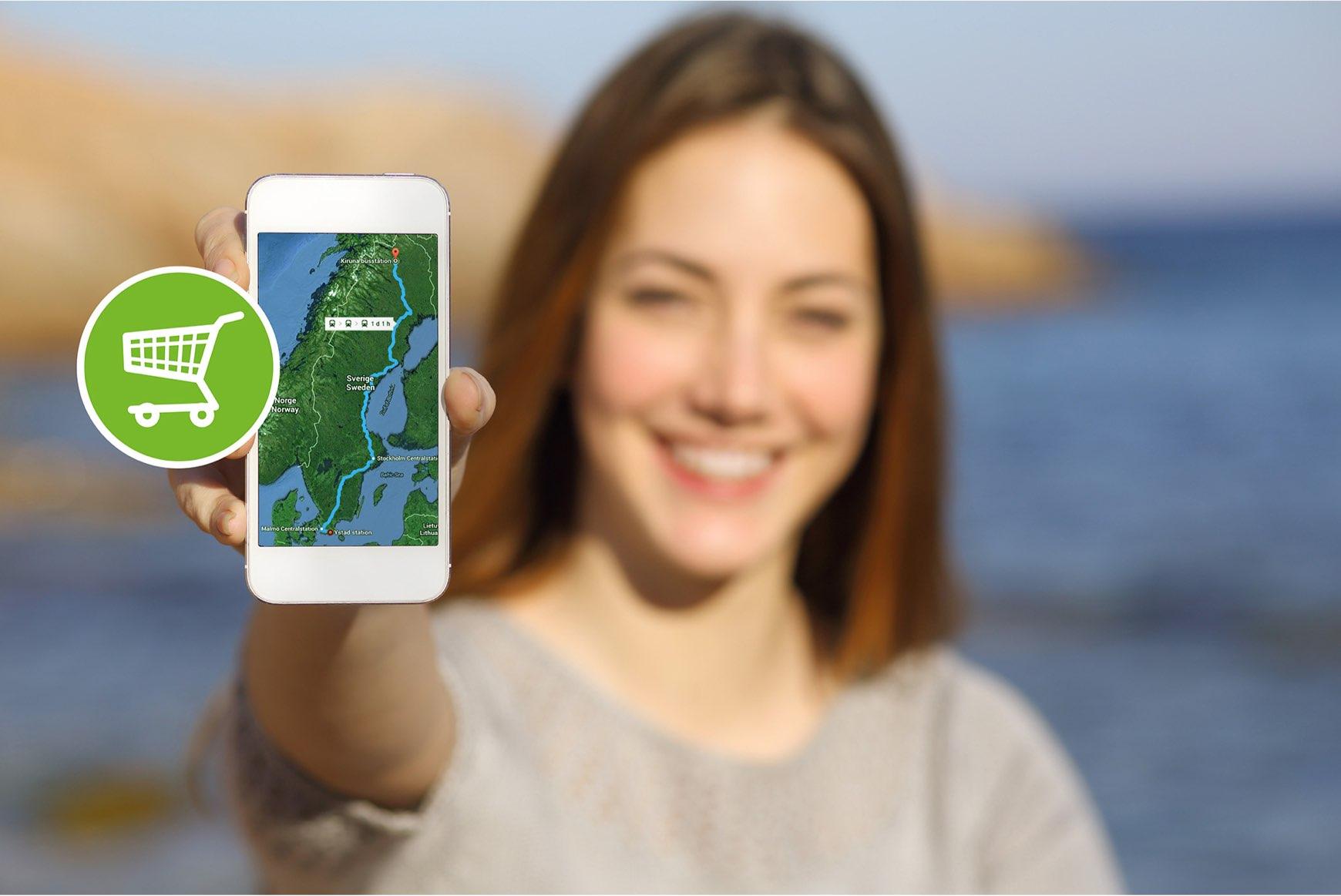 Person visar upp mobiltelefon med karta