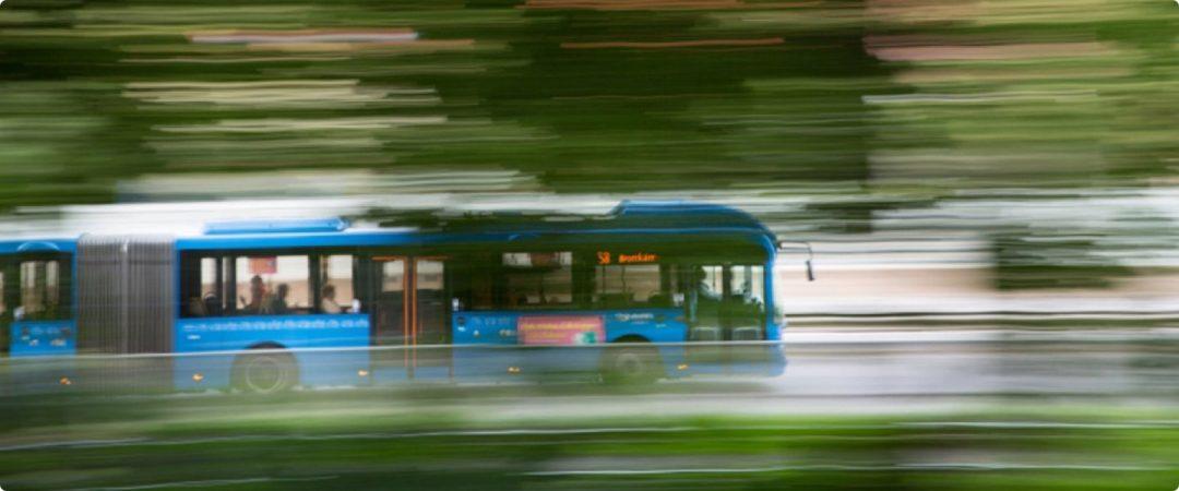 Snabb buss i grönska