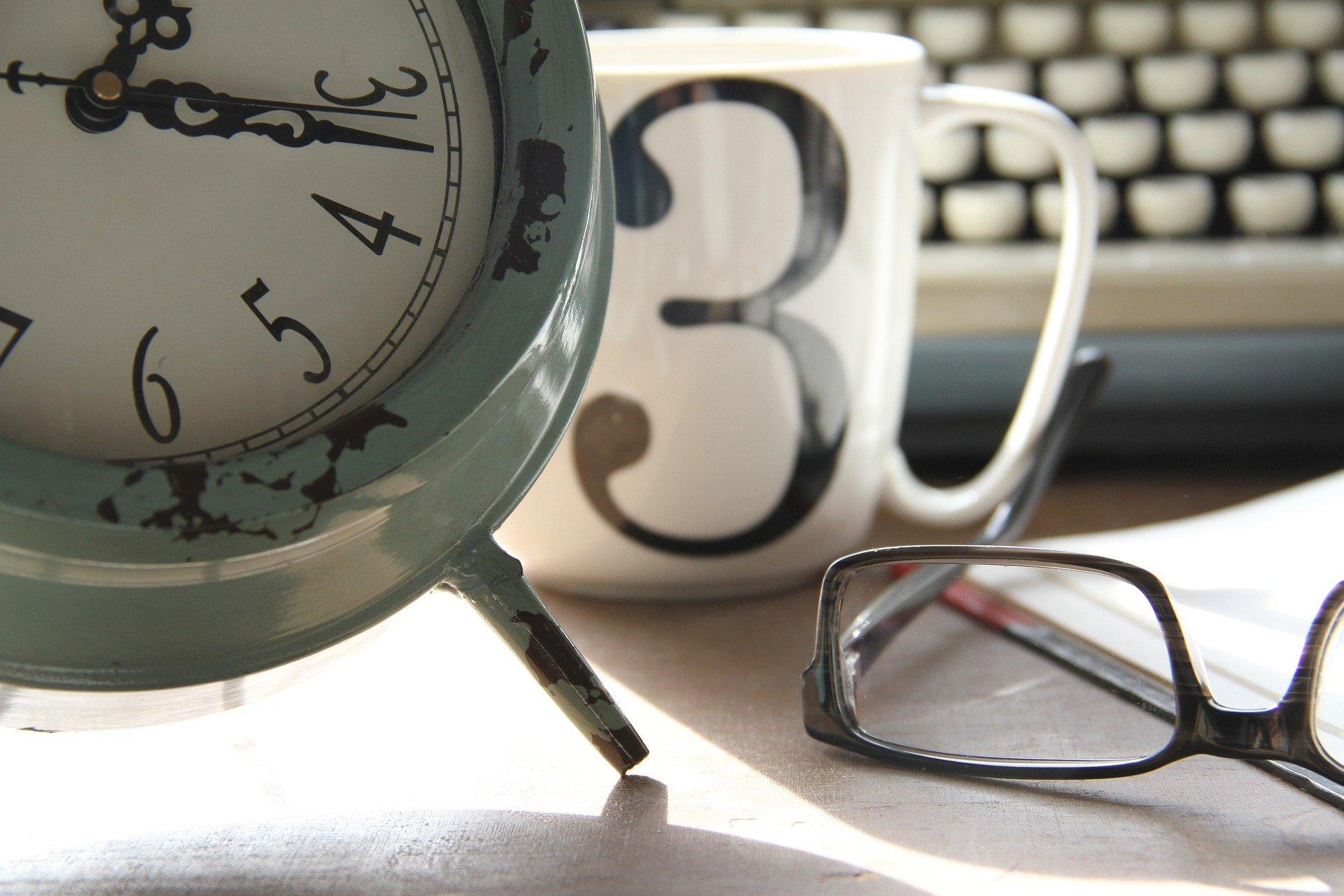 tid-klocka-glasögon-kopp
